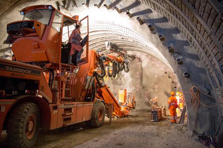 Genf, Schweiz - 22. Mai 2014: Der Bau der piperoof Verfugen für den Tunnelbau