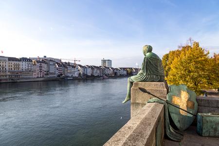 바젤, 스위스 -2006 년 10 월 24 일 : 라인 강에서 Helvetia 동상