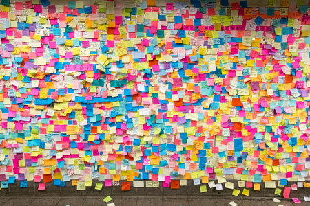 Sticky post-it notes in NYC subway station Archivio Fotografico
