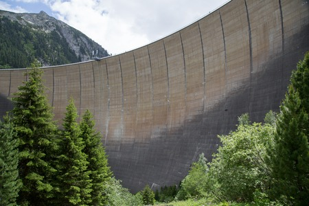 Finkenberg, Austria - 9 de junio de 2018: Vista de la presa de Schlegeis en el valle de Zillertal.
