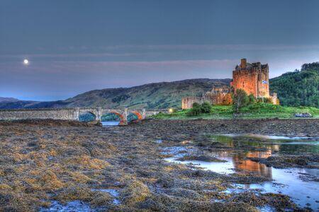 highlander: Eilan Donan nelle Highlands scozzesi l'impostazione del film di Highlander Editoriali