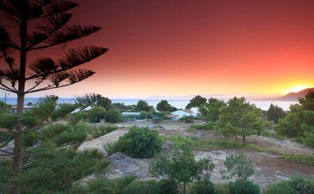 paisaje mediterraneo: Puesta de sol en la playa Isla de Rodas Pefkos en Grecia
