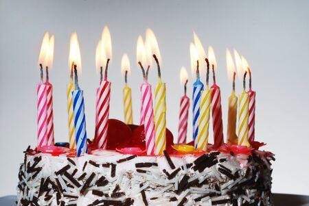 Eine Geburtstagstorte mit brennende Kerzen horizontale Foto  Standard-Bild - 9812234