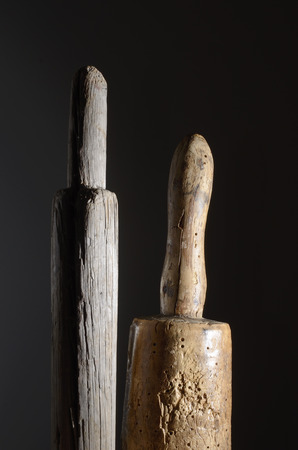 phallic: dos objeto f�lico de madera sobre un fondo oscuro Foto de archivo