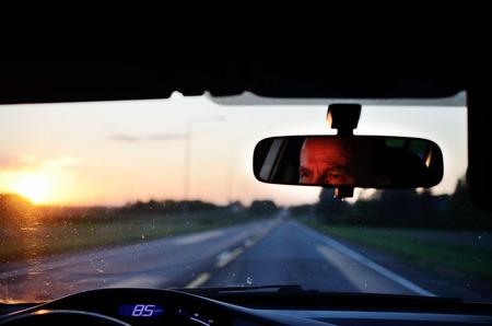 Im Spiegel eines Autofahrers reflektiert Standard-Bild - 35199592
