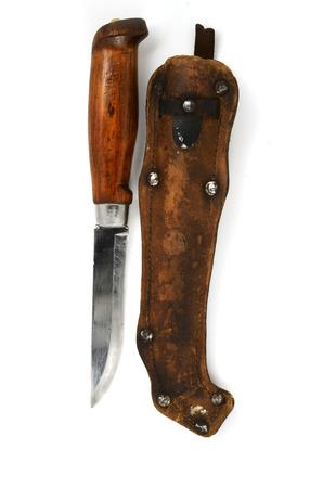 schwertscheide: traditionelle finnische Messer puukko und Mantel auf wei�em Hintergrund