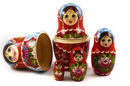Fünf traditionelle russische Matrjoschka-Puppen auf weißem Hintergrund Standard-Bild - 37237460