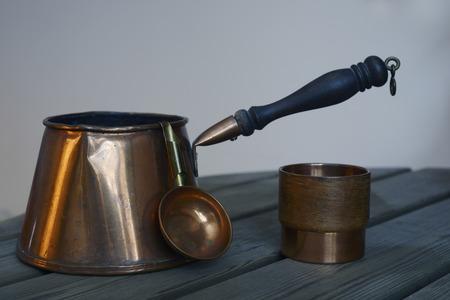 cookware: un conjunto de utensilios de cobre de café en la mesa de madera Foto de archivo