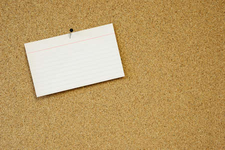 sticky note card pinned to cork board Banque d'images