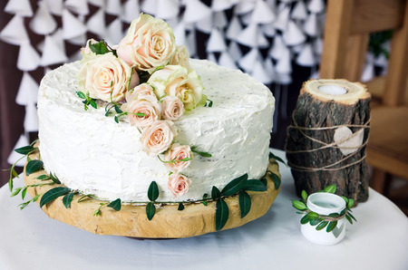 Wedding cake decorated with pink roses Stockfoto