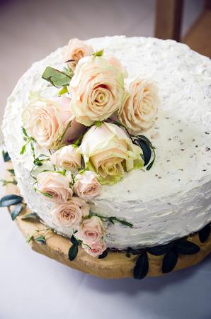 분홍색 장미로 장식 된 웨딩 케이크