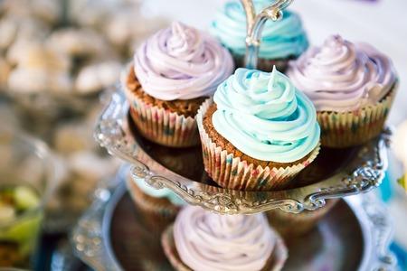 빛 배경에 테이블에 맛 컵 케이크