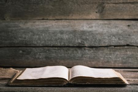 Un libro viejo en un viejo fondo de madera Foto de archivo - 43194665