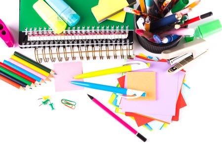 articulos escolares: Escuela y accesorios de oficina en el fondo blanco Foto de archivo