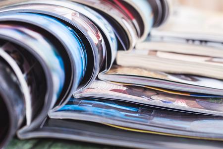 열린 다채로운 잡지의 스택입니다. 정보 스톡 콘텐츠