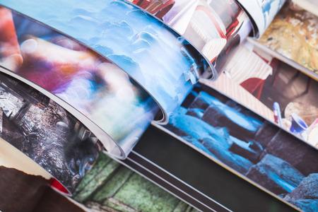 pila di riviste colorate aperte. informazione
