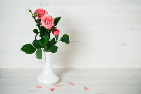 Pink roses on a wooden background Stockfoto
