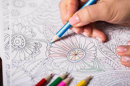 소녀는 성인을위한 색칠 공부 물감 스톡 콘텐츠