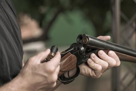 男は充電の二連式狩猟ライフルのクローズ アップ 写真素材