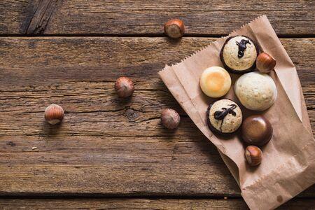 Chocolade pralines op oude houten tafel. Eten Stockfoto