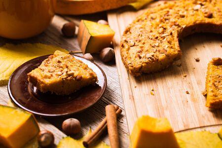 Panqueques de calabaza sobre un fondo de madera. Comida de otoño Foto de archivo