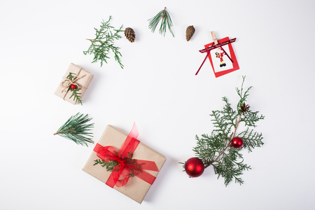 크리스마스 조성입니다. 선물, 크리스마스 장식, 노송 나무 분기, 흰색 배경에 소나무 콘