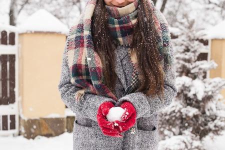 Fille portant des gants rouges stylisés tenant de la neige avec joyeux noël voeux Banque d'images - 93700702