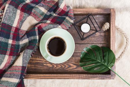 コーヒーカップ、空白のメモ帳付きの木製の背景にトレイ