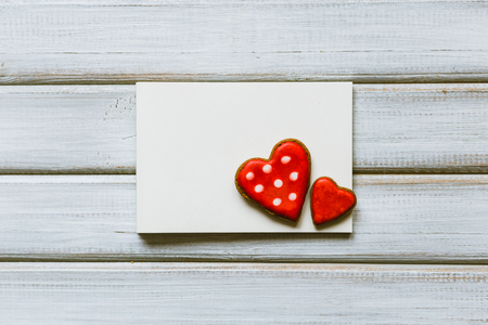 Blank greeting card with cookies in the shape of heart. Valentine concept Banque d'images - 95526133