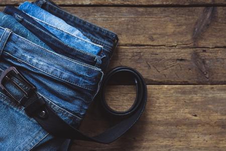 Jeans empilés sur un fond en bois Banque d'images - 98408993