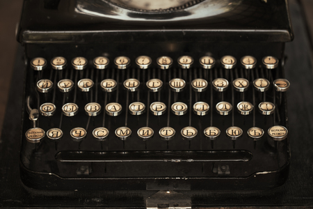 Old black typewriter with paper worth on the table 版權商用圖片 - 110537069