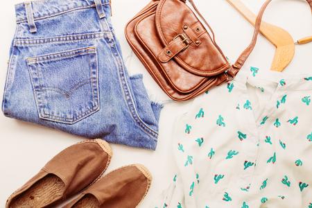Des vêtements idéaux pour les tenues d'été : une chemise, un jean, un sac, des chaussures. Vue d'en-haut. Banque d'images