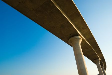 flyover: viaduct over de achtergrond van een blauwe hemel Stockfoto