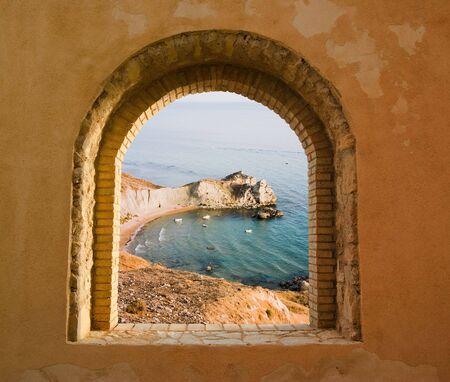 arcuate: arco finestra sul paesaggio costiero di una baia