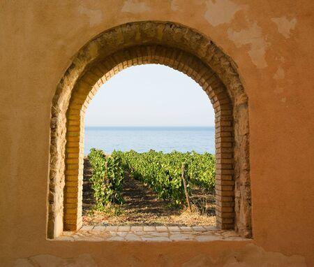 paisaje mediterraneo: ventana arqueada en la vi�a Foto de archivo