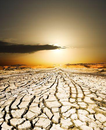 sequias: puesta de sol sobre la tierra seca por la sequ�a