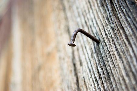 rusty nail: Junta de madera con clavos oxidados de edad