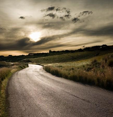 country: weg in het midden van het landelijke gebied 's avonds