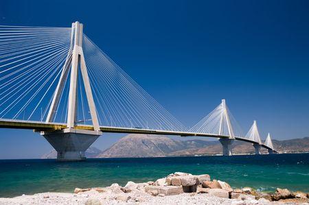 shoreline: el puente colgante de cruce a trav�s del Estrecho del Golfo de Corinto, Grecia. Es el cable m�s largo el segundo puente de estancia; Foto de archivo
