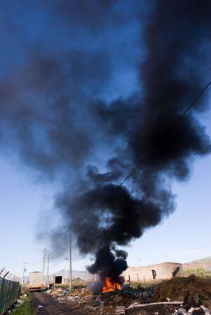 landfill site: In una regione sub-urban citt� di Adrano in Sicilia � stata creata una discarica illegale dove essi sono distrutti dal fuoco delle tende da sole di auto e si � alzato una lunga colonna di fumo nero