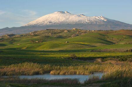 El Etna majestuoso domina las verdes colinas del interior de Sicilia