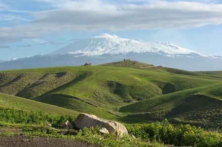 sycylijski: majestatyczne Etna dominuje Wzgórza toczenia z zapleczem Sycylijski Zdjęcie Seryjne