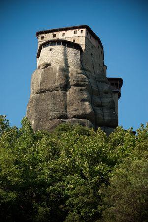 pin�culo: vista de una torre de monasterio en la parte superior de una cima de Meteora en Grecia