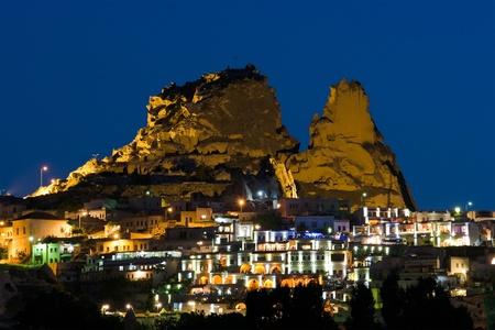 kappadokien: Nacht von Ansicht �ber das Dorf und die Burg von Uchisar in Kappadokien, T�rkei