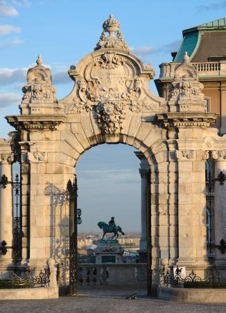 arcos de piedra: Budapest, adornado arco de entrada al Castillo de Buda o el Palacio Real
