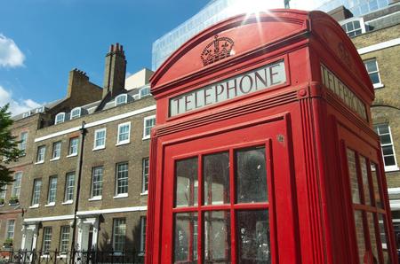 cabina telefonica: cabina de tel�fono roja en estilo antiguo y t�pico edificio de ladrillo en Londres Editorial