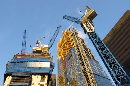 lage uitzicht op de kranen om nieuwe wolkenkrabbers te bouwen in de City van Londen Stockfoto