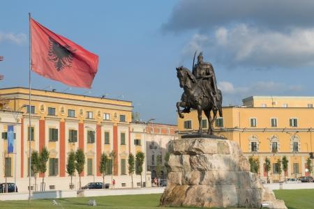op het plein gewijd aan de nationale held Skanderbeg domineert haar ruiterstandbeeld en zwaaien Albanese vlag - Tirana