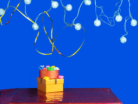 gifts, girland on a blue background with a place for text Stock fotó