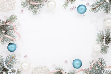 New Year's Snow Card, Cornice con decoro e abete, palline blu scuro e perlato